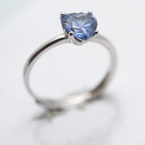 anello in argento con pietra